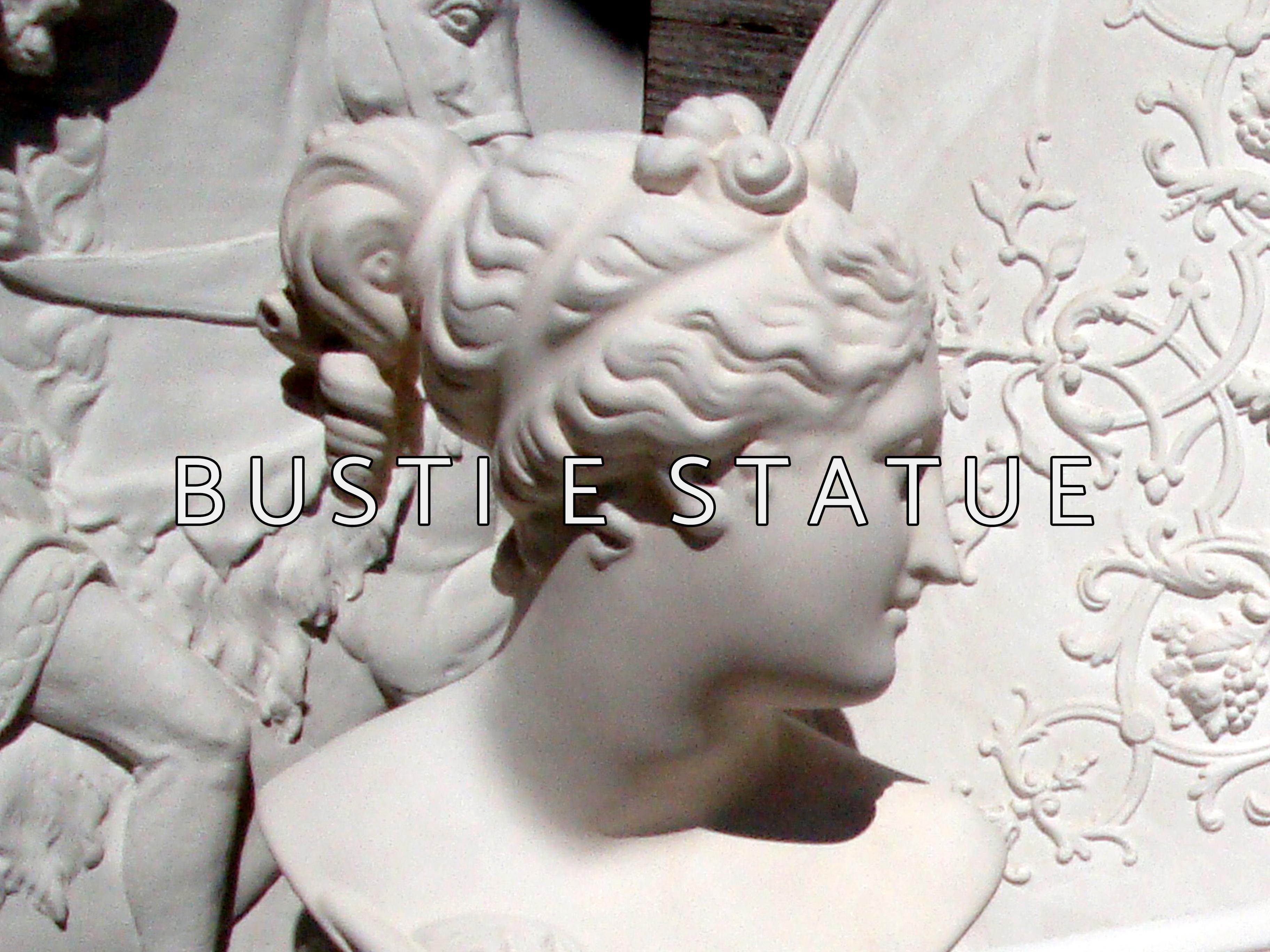 busti e statue con scritta
